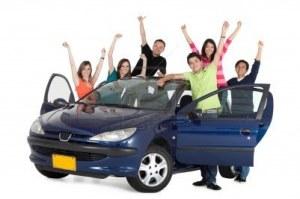7510243-gente-feliz-saliendo-desde-un-coche-con-los-brazos-arriba--aislados-sobre-un-fondo-blanco