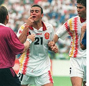 Luis Enrique chivándose al árbitro